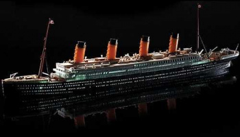 Model Kit loď 14220 - R.M.S. TITANIC + LED SET MCP (1:700)